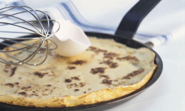 Crêpes Grundrezept: Für den Teig Mehl, Salz und evtl. Zucker mischen. Eine Mulde…