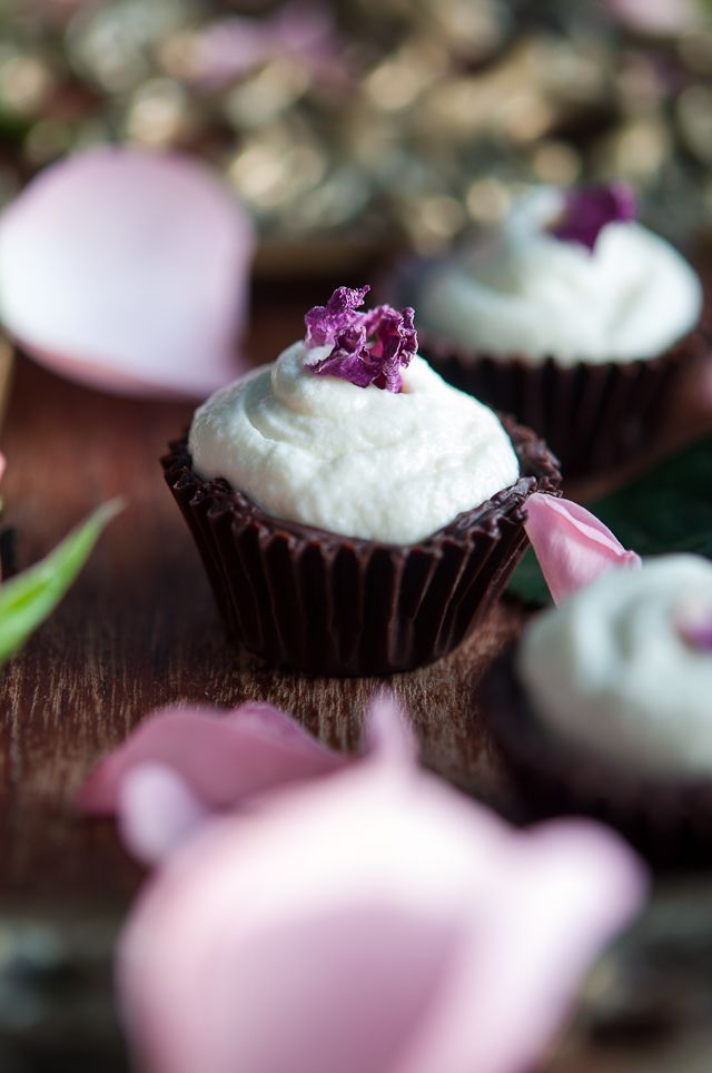 Chocolate cups with orange blossom mouse and rose petals | Gourmantine