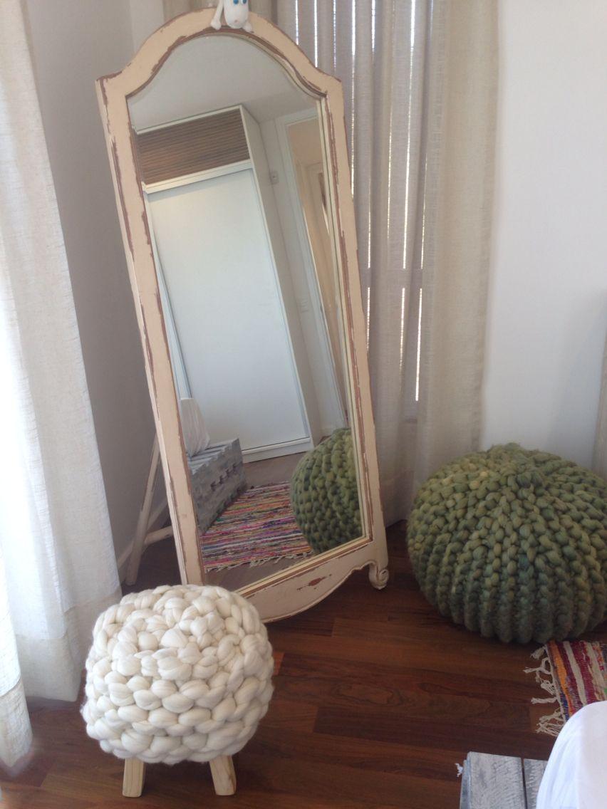 Espejo vintage de pie banquito y puff tejido en lana for Espejos de pie conforama