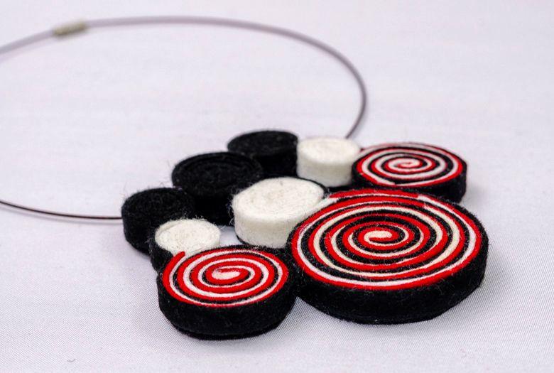 Collar de fieltro 100% lana, con fieltro rojo, negro y blanco