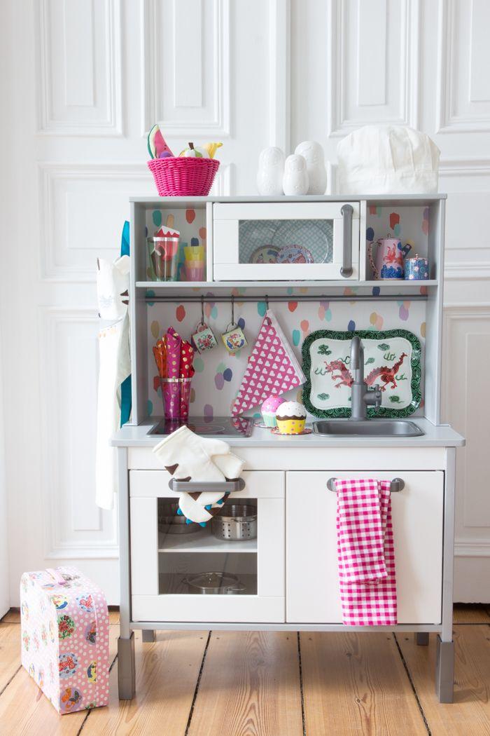 Die Rückwand der Kinderküche von Ikea ganz einfach tapezieren So