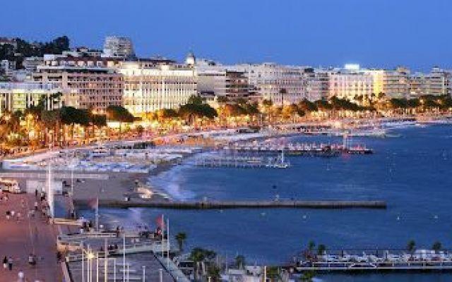 Cannes: un viaggio ricco di sole Gloria suprema della Costa Azzurra, Cannes è un posto da vedere anche non nel periodo del festival del cinema. Sabbie invitanti e 300 giorni di sole all'anno rendono la tintarella uno sport popolare  #viaggi #relax #estate