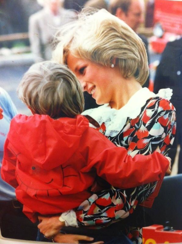 May 13th 1983 Princess Diana Visits The Hop Skip And Jump Adventure Playground At Seven Springs In Cheltenham Prenses Diana Diana Prenses