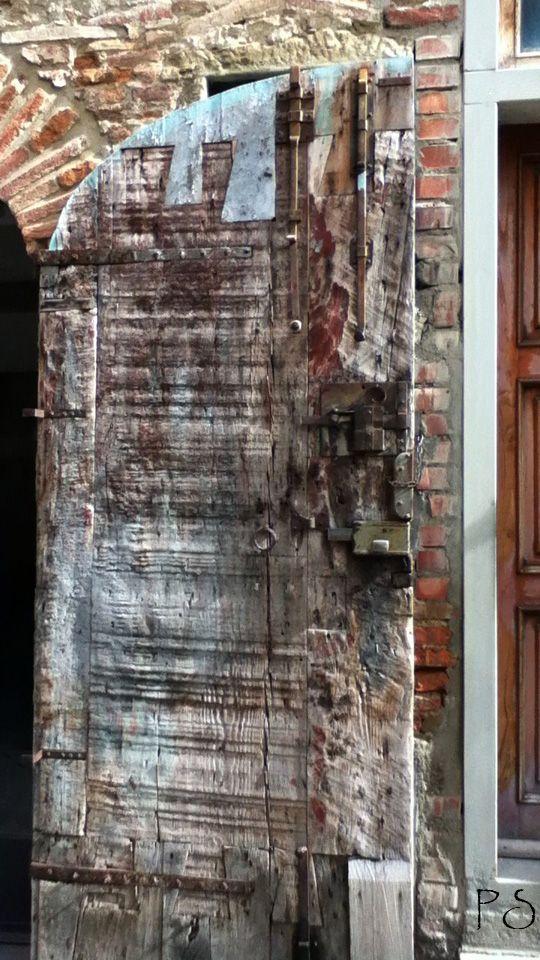 Porte DAtelier DUn Sculpteur Sur Bois  Assise En Italie  Portes