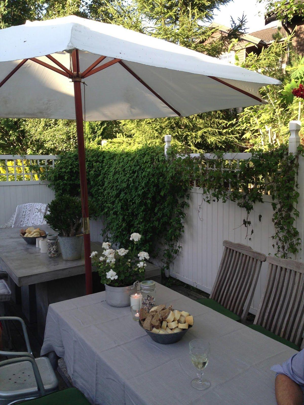 Det er olsokkveld, solen skinner og vi feirer bursdag i hagen.                         Bord og benk i betong fra Indoor-Outdoor, Tolixstole...