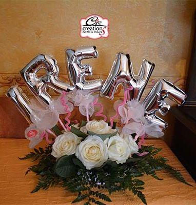Centrotavola con fiori freschi e palloncini personalizzato con il nome della piccola battezzata - Composizione palloncini da tavolo ...