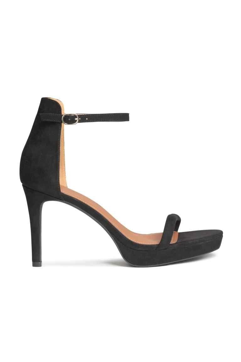 34f59533fa Sandálias de plataforma  Sandálias compensadas em camurça sintética com  presilha ajustável no tornozelo com elástico e fivela de metal.