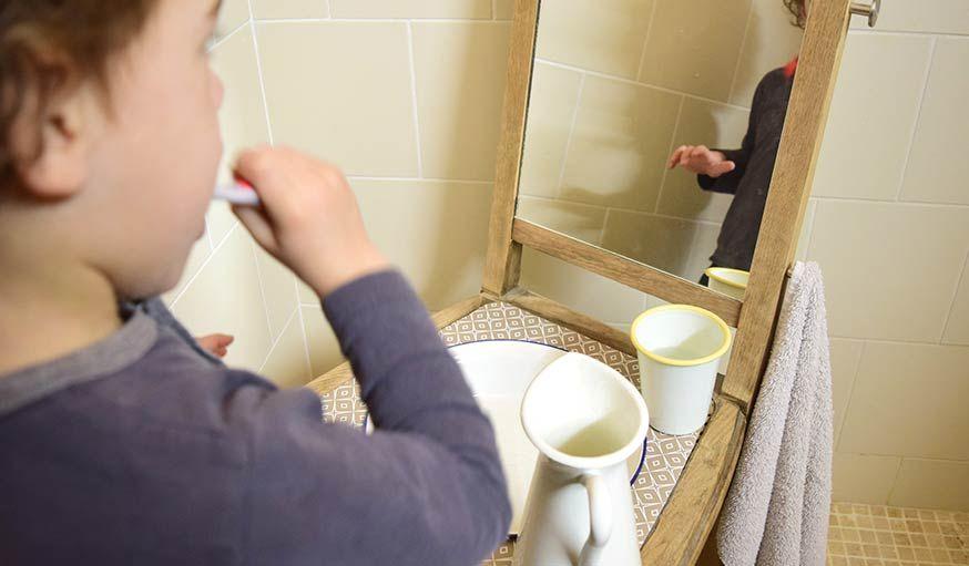 Diy Bricolez Une Salle De Bains Montessori Pour Enfant Avec Une Chaise Mini Salle De Bain Salle De Bain Salle De Bains Recup
