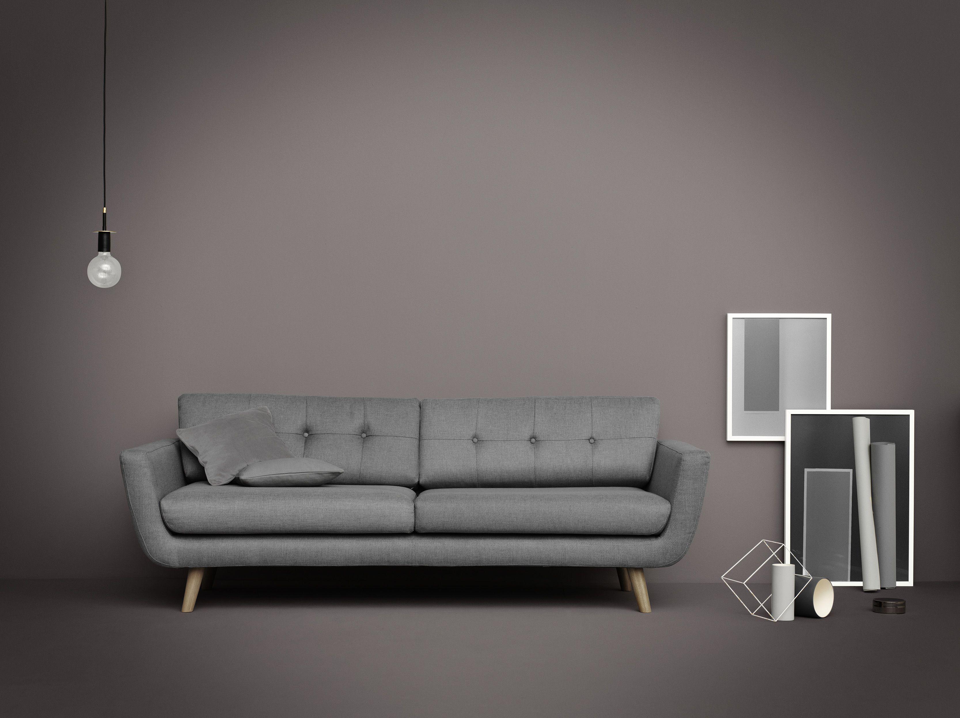 Frække Vera i grå omgivelser. Vores absolutte bestseller. Måske din nye sofa?