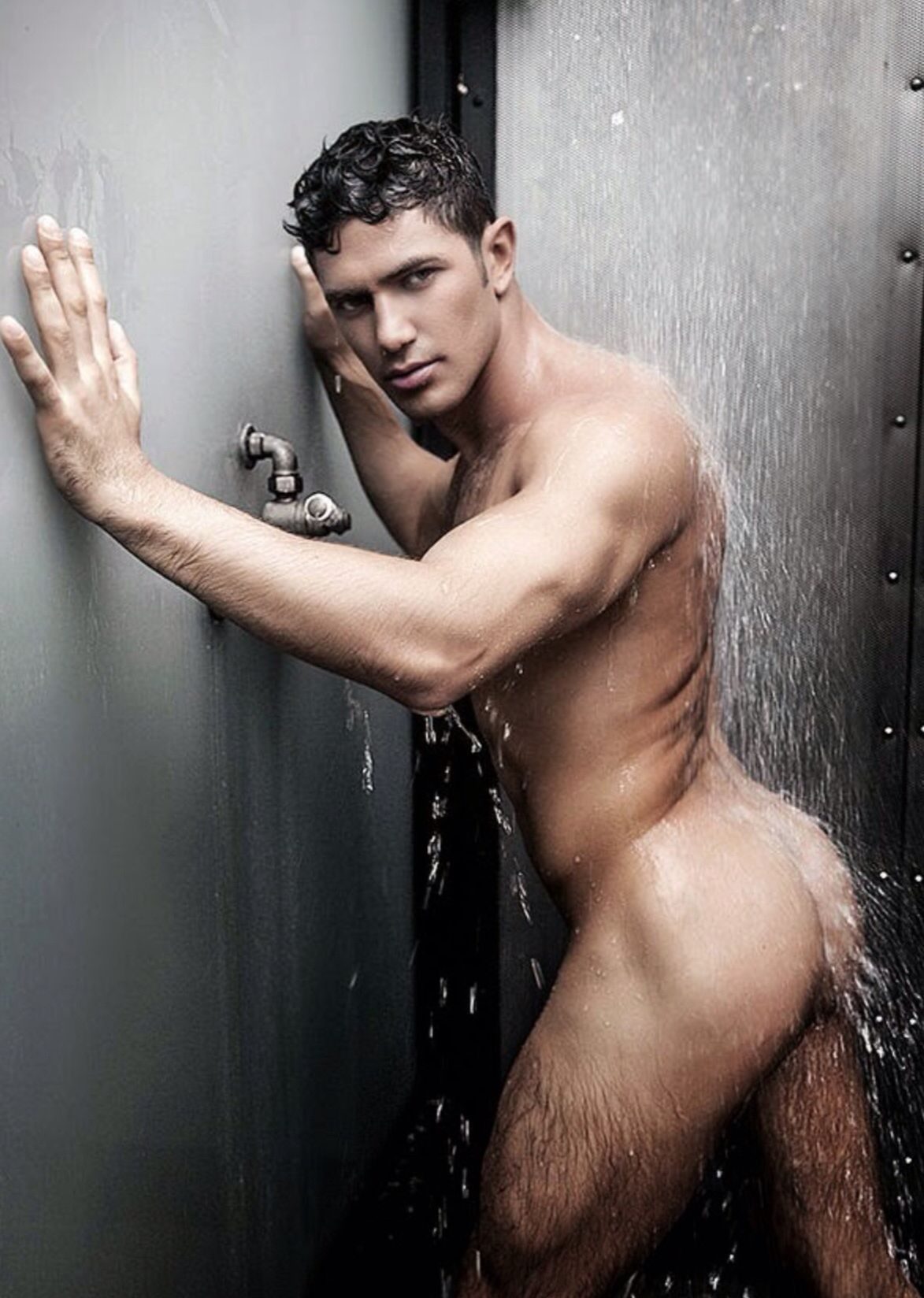 gay-hunks-in-the-shower-veatnam
