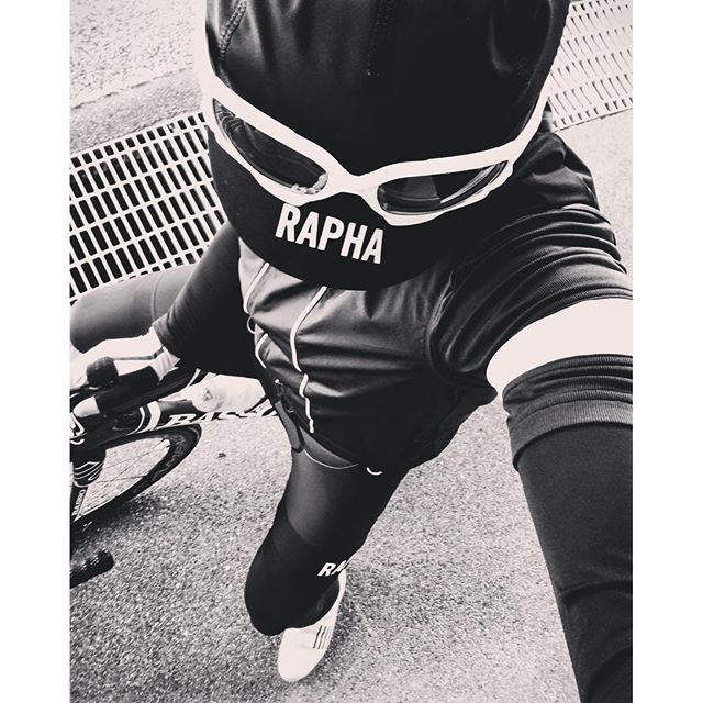 formoverfunction「ライドコーデ」 ❤︎ Quick stop for a bikeselfie. All black Rapha kit, so here I am in B&W for a change. Remember guys, always ride in style! I*・゜・*:.。..。.:*・'(*▽*)'・*:.。. .。.:*・゜・*I  #cyclingstyle #roadbike #bikeselfie #rapha #rideinstyle #ridewithaview #ロードバイク #サイクリング #コーデ #cyclingphotos #roadbiking #fromwhereiride #白黒 #instacycling #cyclist #raphacyclingclub #ciclista #cyclinglife #cyclingshots #roadcyclist #blackandwhite #monochrome #モノクロ #cycling #bici #ciclismo #bw #cycliste…