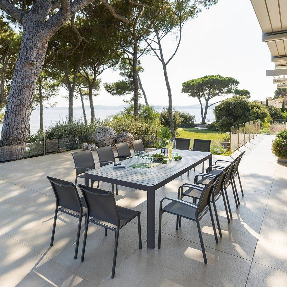 Simple et moderne, vous adorerez la table de jardin ...