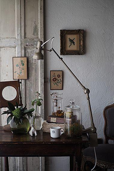 細く長く、クランプランプ-vintage clamp table lamp テーブルに沿う様にアームを長く延ばす繊細なフォルム。各ジョイント可動し、ある程度複雑な動きも可能。ただし古いお品ですので、頻繁に角度を変える用途には向きません。照らしたい対象に向けて光の包囲はポワンと灯る。首を傾げた有機的な印象からかどこか取り入れ易い、軽やかなランプ