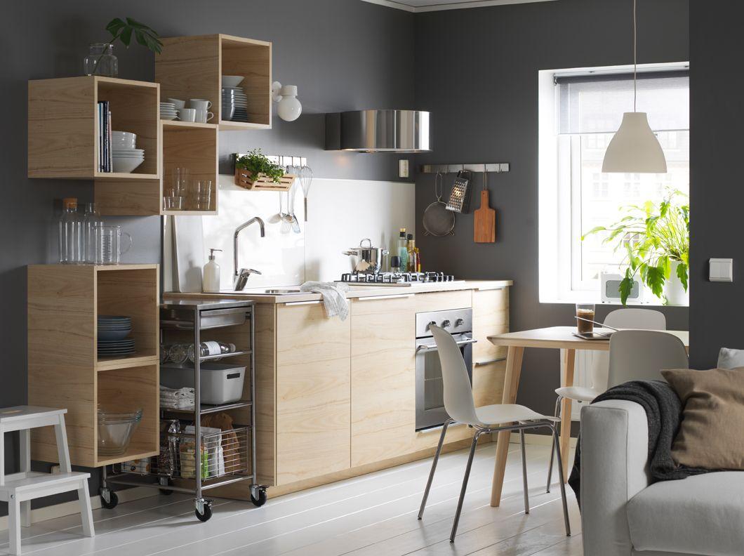 Cocina gris y blanca con armarios abiertos y cerrados de madera ...