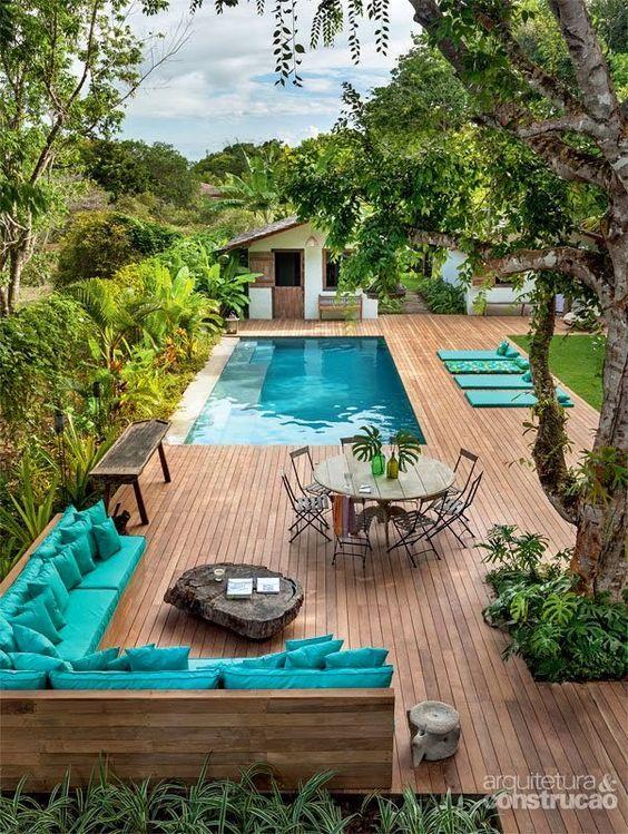 Terrasse et piscine, harmonie bois et turquoise wooden terrace and