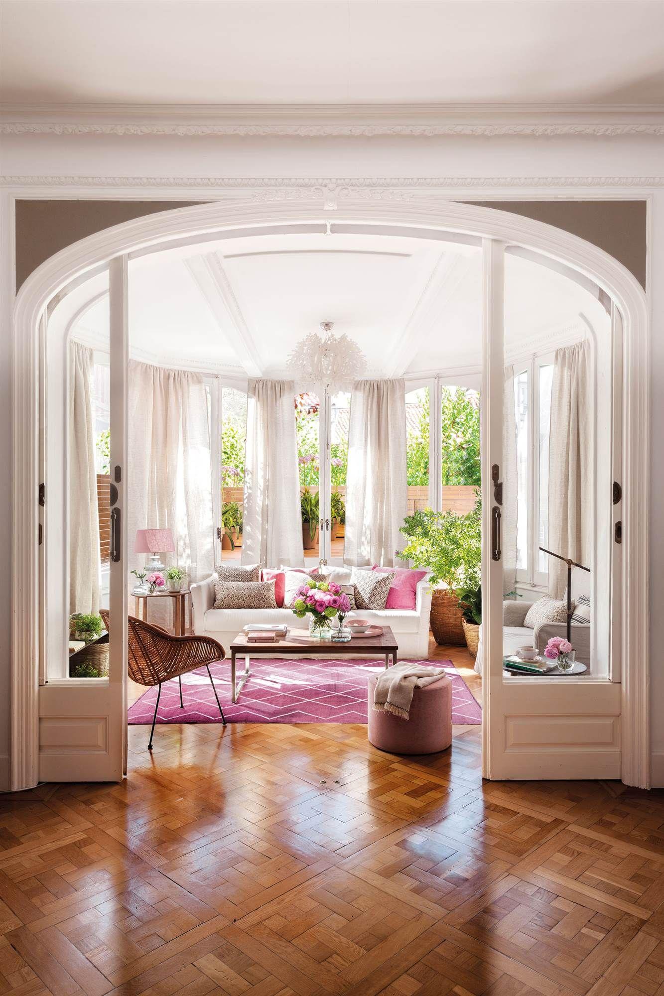Salón grande y clásico decorado en blanco y rosa, con parquet en ...