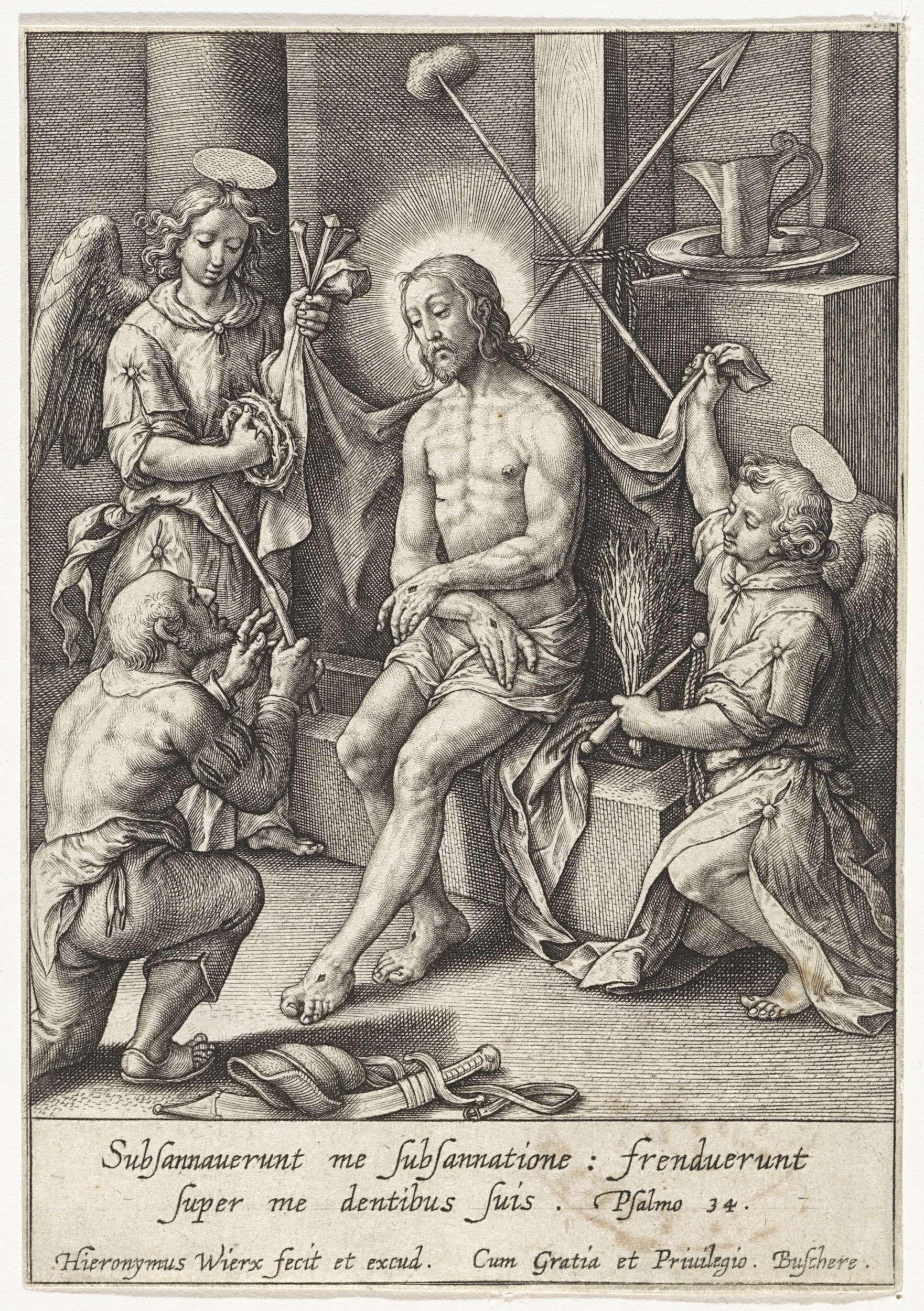 Hieronymus Wierix | Christus als man van smarten, vergezeld door engelen, Hieronymus Wierix, 1563 - before 1619 | Christus zit aan de voet van het kruis en toont zijn wonden. Aan weerszijden van hem engelen met de passiewerktuigen. Een geknielde man overhandigt de rietstengel aan Christus. In de marge een tweeregelig Bijbelcitaat uit Ps. 34 in het Latijn.