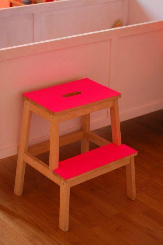 Customiser Un Tabouret Ikea Et Avec Les Pieds Jaunes Fluo Et Un Joli Papier Adhesif A Fleurs