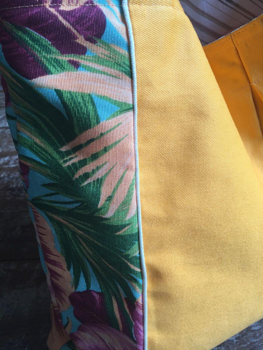 Bolsa em tecido estampado e brim, com forro em tecido de algodão listrado, com bolsos interno. <br> Obs.: Objetos não incluídos. <br>As cores podem variar um pouco de acordo com a tela do seu computador.