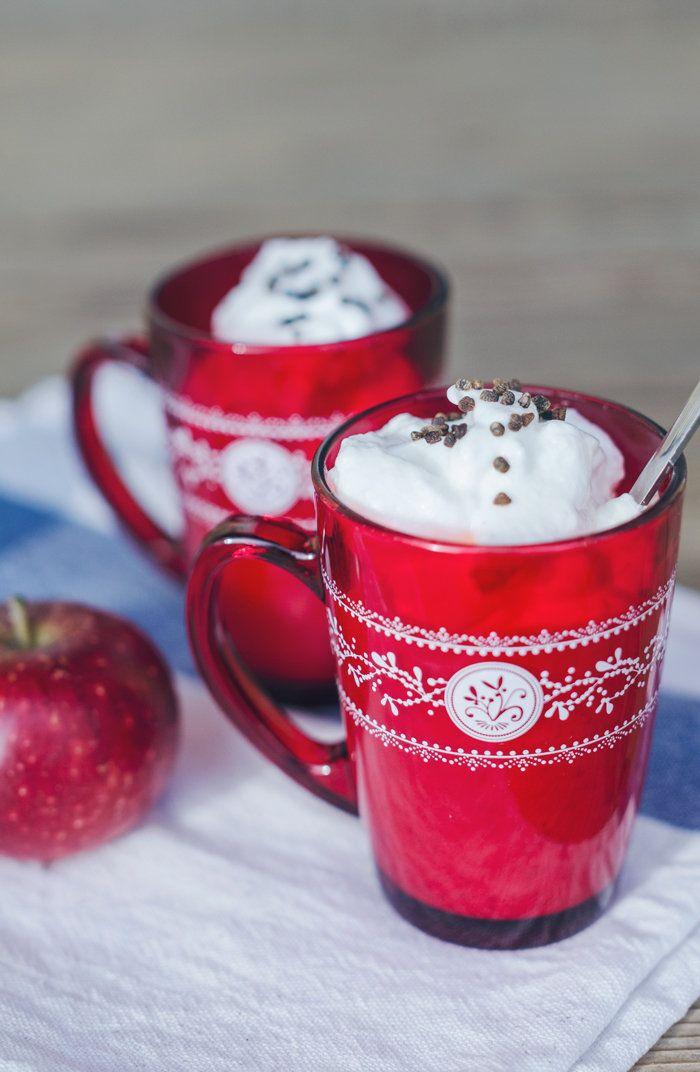 [ Snömos med smak av pepparkaka & chai ] 150 g äpple / ½ dl socker / 1½ msk vatten / ½ msk citronjuice / ½ tsk pepparkakskryddor / 1 äggvita / 1½ msk socker / 1 dl mjölk / chaite eller chaisyrup   Skala + tärna äpplet, låt sjuda på svag värme med vatten, socker, citronjuice och kryddor ca 10 min. Mixa till mos. Koka upp mjölken med en tekula chaite eller chaisyrup. När mjölken fått smak vispas den riktigt fluffig. Vispa äggvitorna hårt och tillsätt sockret. Vänd försiktigt ihop allt.