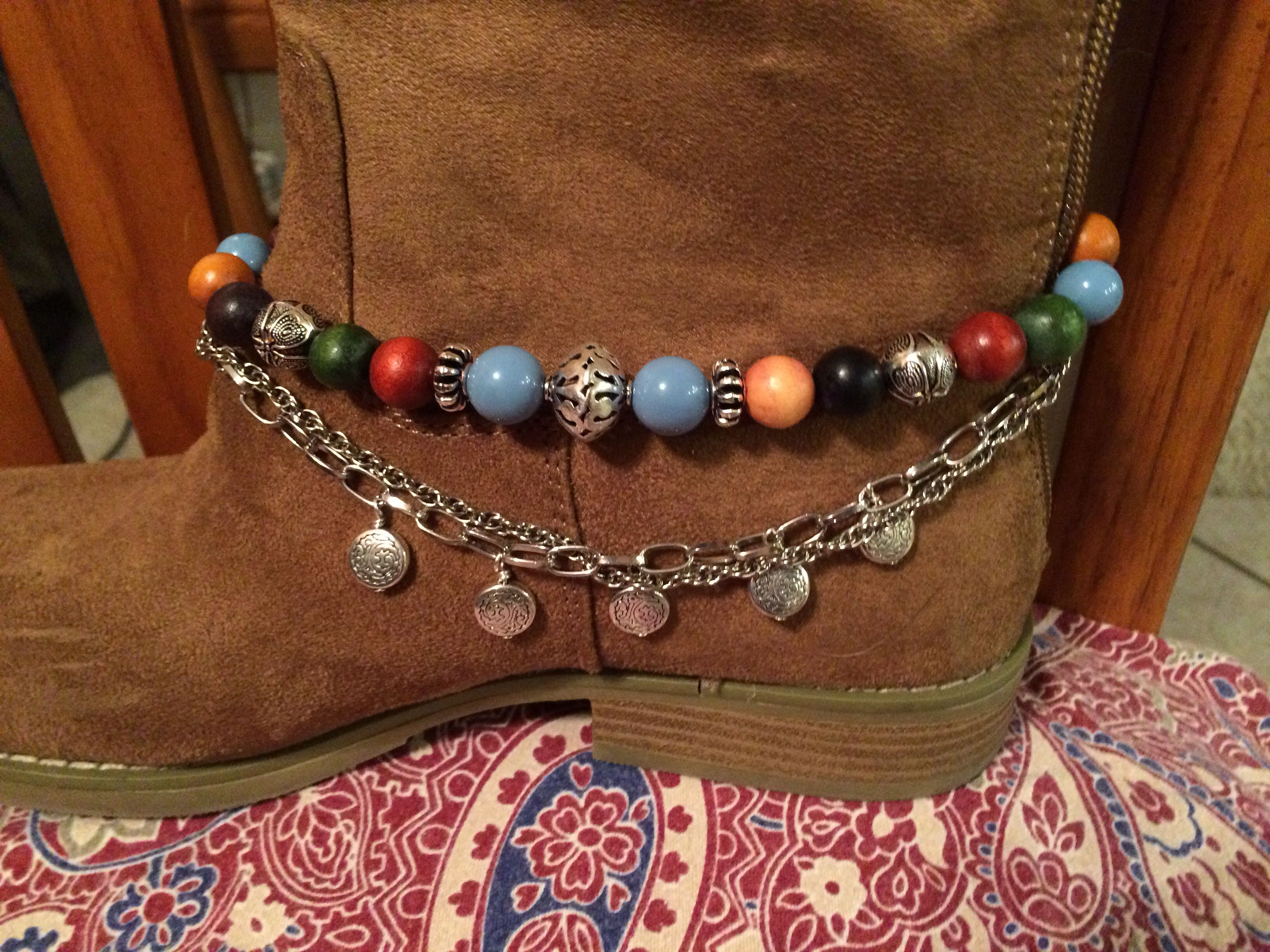 Boot bracelet with wooden beads