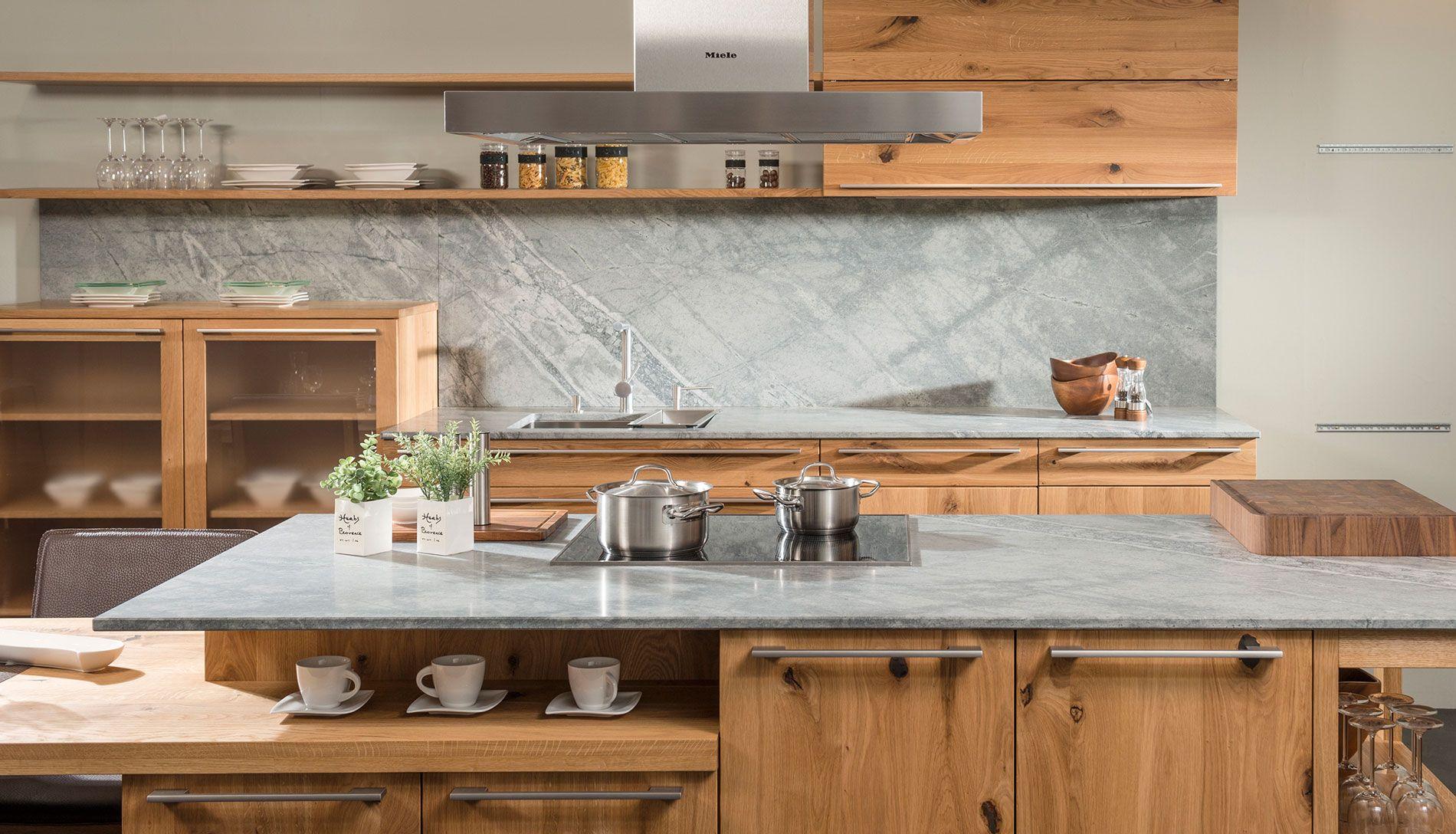 Küche im Landhausstil mit grauem Naturstein Atlantis