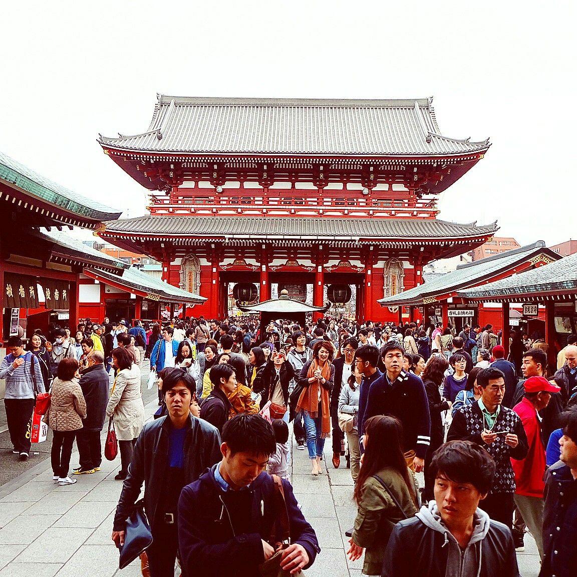 Afternoon crowds in Kanimarimon Gate, Asakusa, Tokyo