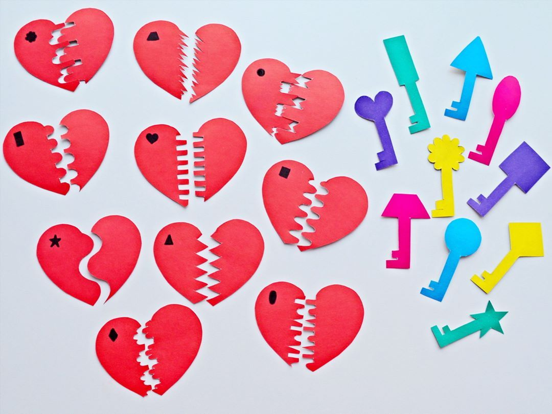 Смысл игры очень прост- собрать сердечко из двух половинок, а затем подобрать к ним ключики по рисунку 🔐 Для подготовки к игре потребуется разноцветный картон и немного свободного времени 😃 Вырезаем из картона сердечки и разрезаем их пополам любым узором. На одной половинке я нарисовала разные геометрические фигуры. С такими же фигурами сделала ключики. Эта игра направлена на развитие внимания и логики, а также поможет малышу закрепить знание геометрических фигур👌 Увлекательных вам игр с…