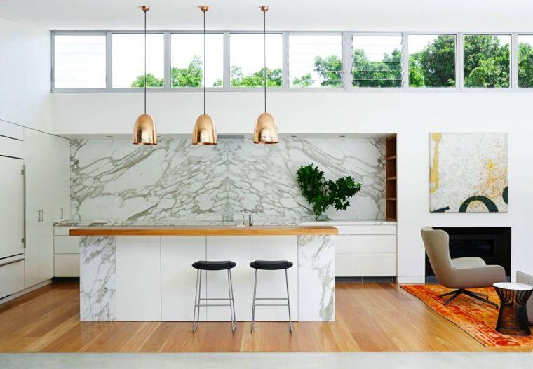 Ampia e luminosa isola cucina in marmo sgabelli dal design minimal
