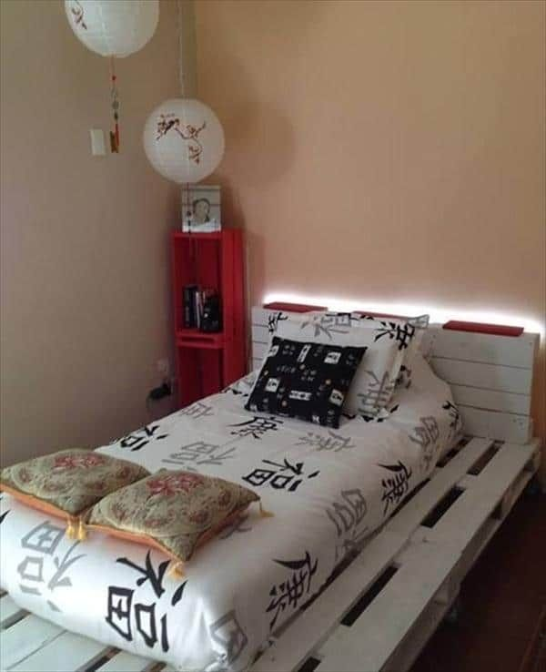 Lit en palette blanc avec lumière intégrée diy maison Pinterest