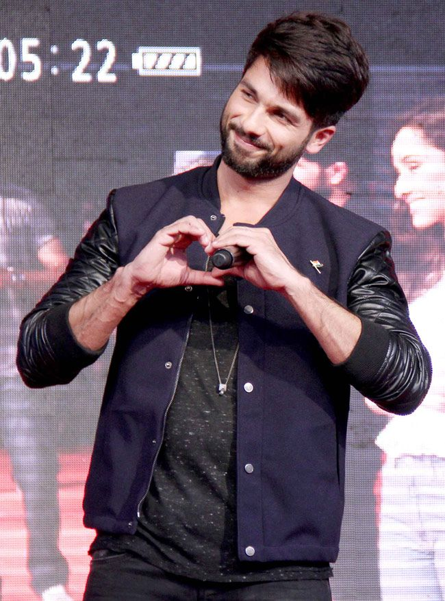 Shahid Kapoor showing the love sign while promoting Haider. #Bollywood #Fashion #Style #Beauty