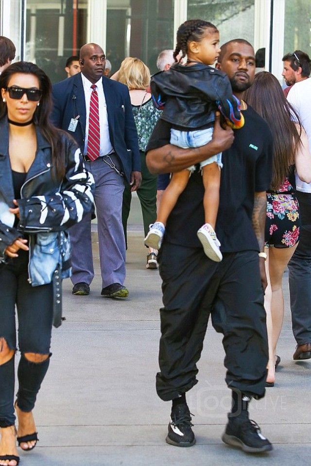 Kanye West - Having a cultural family day out at the Los Angeles ... 3451ef1c0