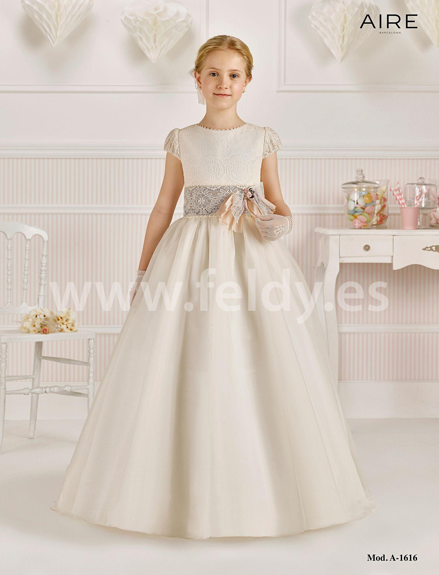 Vestido comunión niña Aire Barcelona 2016 modelo A1616. Vestido de comunión con falda lisa de organza. Precioso cuerpo de encaje con cuello haciendo onditas