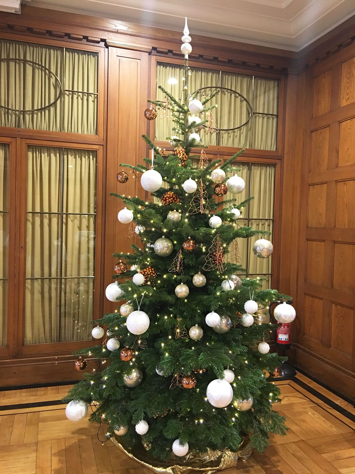 geschm ckter christbaum mit weihnachtskugel in wei silber und kupfer f r hotel mit. Black Bedroom Furniture Sets. Home Design Ideas