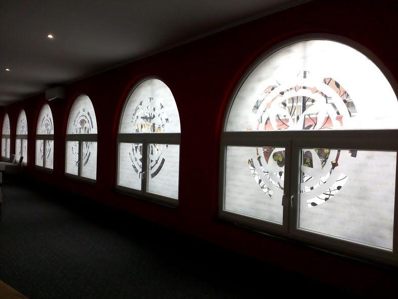 Polep okien, vitráž zo samolepky #tlač #nálepka #výklad #samolepka