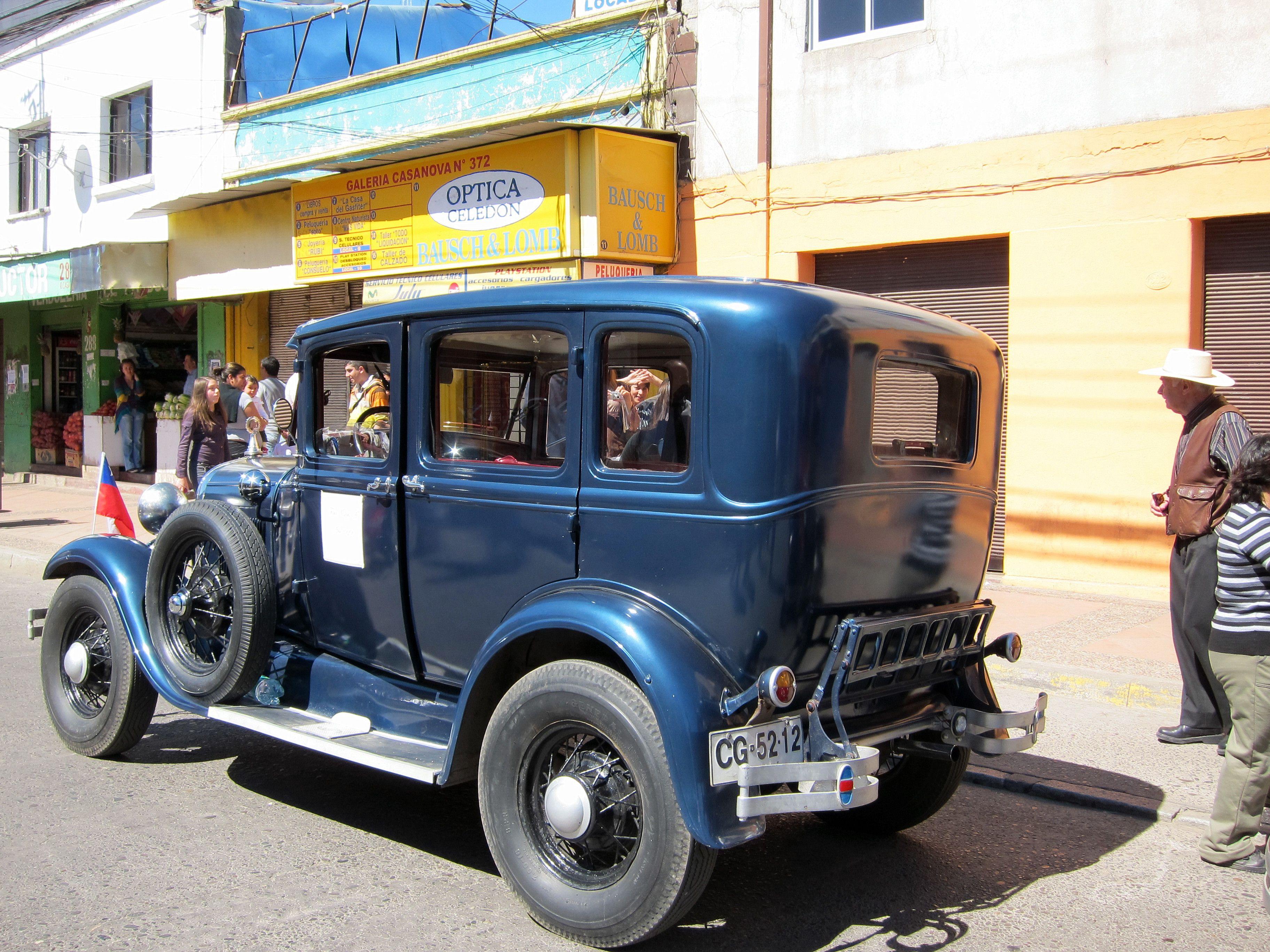 Automóvil antiguo en desfile de Fiestas Patrias