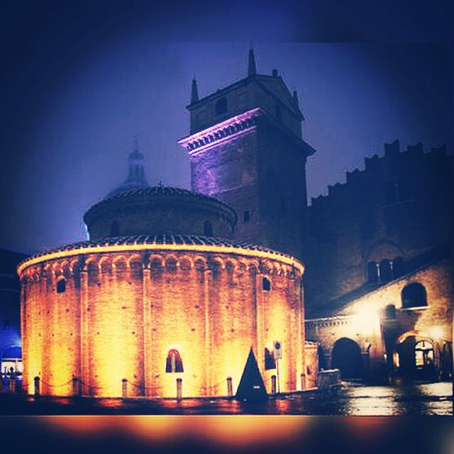 #mantovalove #goodnight #mantovabynight #JFproject #mantova #mantua #love #JF #cool #meravigliosa #city #bellissima #città #rotondadisanlorenzo #MN #loveit #visitmantua #igmantova #ig_mantova #ig_lombardia #beautifulview #italy