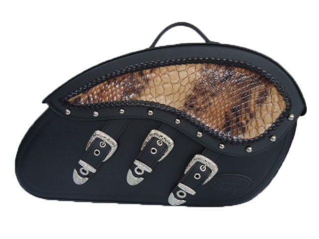 Par de Alforjas AG-079 3 hebillas Anaconda Tachelada. Fabricada en cuero de 2,8 mm de grosor. Refuerzos interiores en PVC de 1.1 mm de grosor y lámina de aluminio insertada entre los refuerzos en la zona posterior. Asas abatibles para facilitar el transporte. 1 Hebilla lateral funcional y 3 hebillas laterales decorativas con tratamiento anti-óxido y ojete metálico para candado. Tapa reforzada abatible. Medidas: alto 31, ancho 20  y largo 59 cm. PERSONALIZABLE.