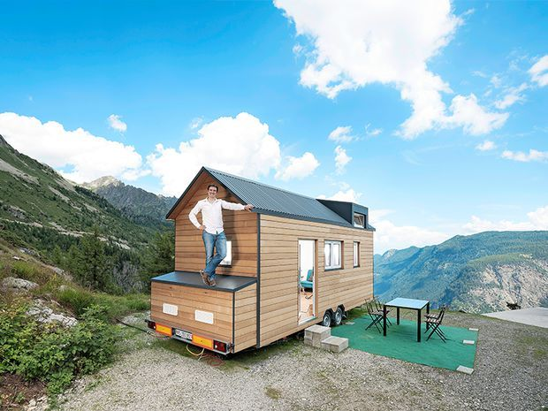 andr gaspoz pose devant sa petite maison tiny house. Black Bedroom Furniture Sets. Home Design Ideas