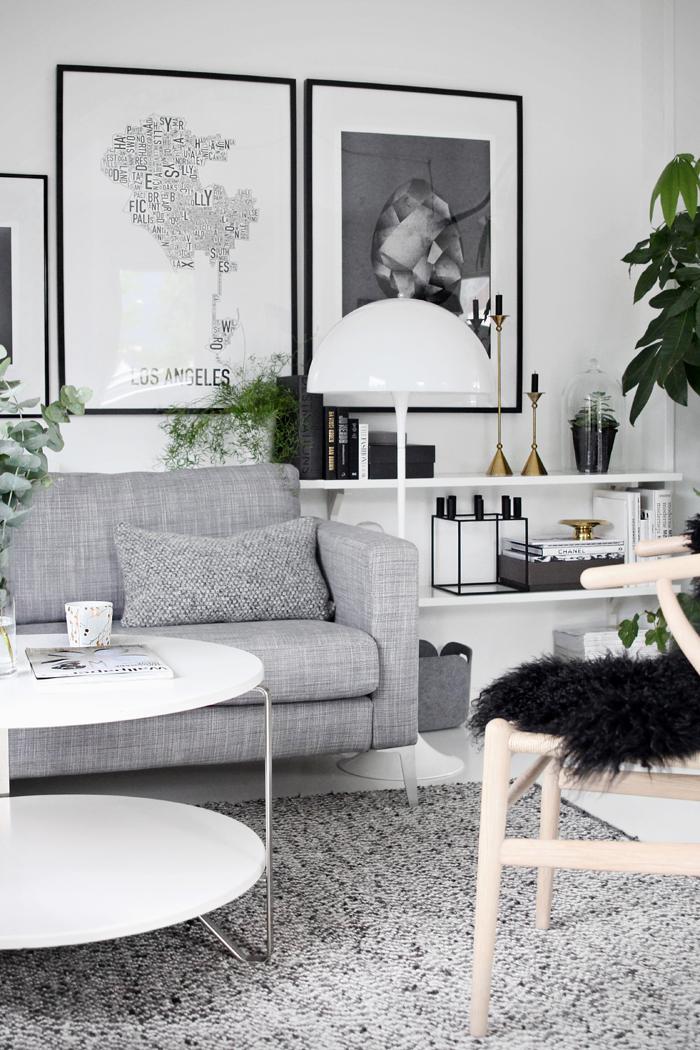 Schönes Wohnzimmer! Liebe, Dass Alles In Schwarz, Weiß, Grau Gehalten Ist.  Nur Die Grünpflanzen Sind Farbklekse