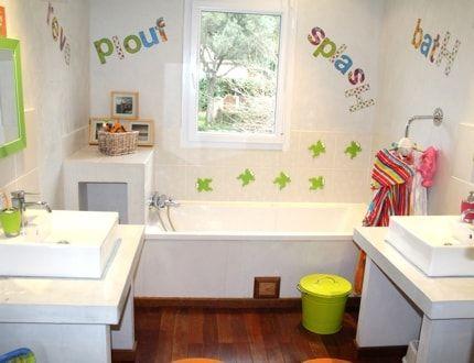 Une salle de bains fonctionnelle aux notes colorées