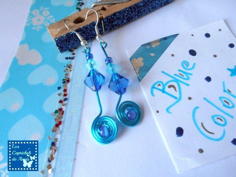 Pendientes Marea: Pendientes hechos a mano en aluminio con tupis azul claro y azul marino, acabado en espiral con cuenta central. Miden 4,5cm aproximadamente #Pendientes, #Earrings, #Azul, #Blau, #Blue