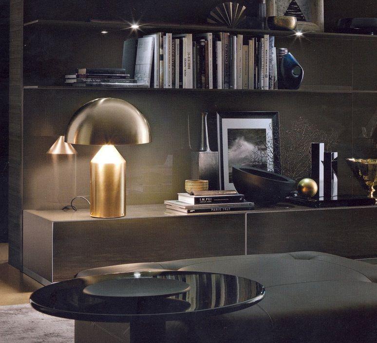 La lampe à poser Atollo de Vico Magistrati. #lampeàposer #lampedetable #tablelamp #lamp #lampe #luminaire #lighting #éclairage #home #maison #iconedudesign #iconicdesign #seventies #années70 #vicomagistretti #oluce #or #gold