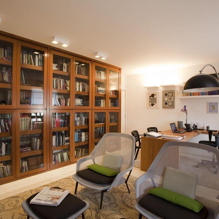 Decoração Home Office Estante De Madeira Com Portas De Vidro Amcarquitetura 90086 Em 2020