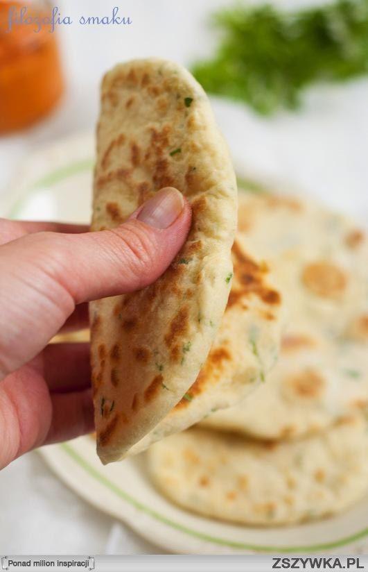 FLETBREAD Z PATELNI   Składniki (na 3-4 sztuki): [inspiracja]      1 szklanka mąki     1,5 łyżeczki proszku do pieczenia     1 łyżka posiekanej natki pietruszki     1 łyżeczka posiekanego oregano     pół łyżeczki soli     około pół szklanki jogurtu typu greckiego (sprawdzi się także zwykły jogurt naturalny)  W misce umieszczamy mąkę, proszek do pieczenia, sól, natkę i oregano. Mieszamy. Dodajemy jogurt, mieszamy łyżką, a następnie zagniatamy ciasto lekko podsypując je mąką. Jeśli ciasto…
