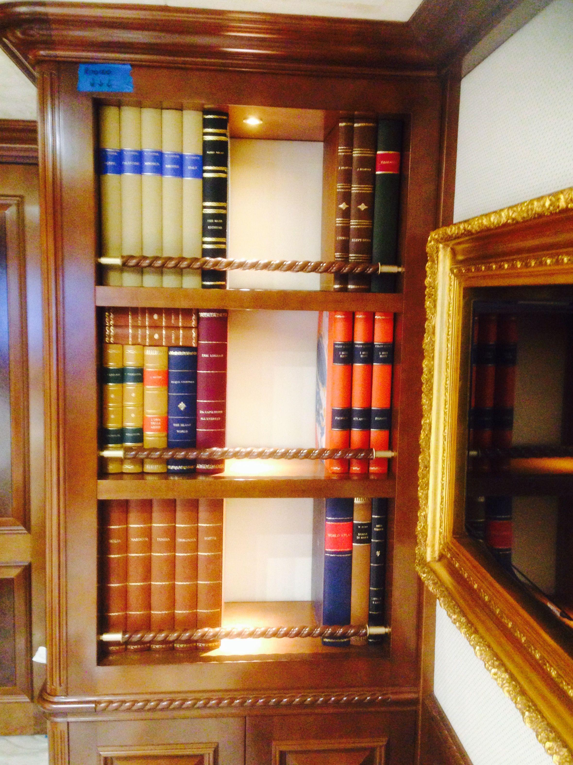 libreria di una delle cabine con pannelli di finti libri