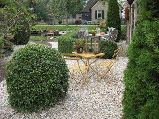 De jaargetijden de nieuwe grindtuin aan de zuidkant tuin