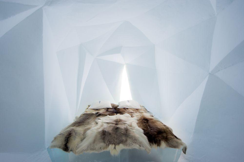 Ondertussen zijn ze op meer plaatsen in de wereld te vinden, maar bij het Zweedse plaatsje Jukkasjärvi werd in 1989 voor het eerst een ijshotel gebouwd. Ieder jaar zorgen andere kunstenaars voor het ontwerp en ziet het hotel er anders uit. De eerste foto's van het ijshotel dat zojuist zijn deuren opende.