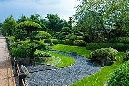 Zu Sehen Ist Ein Typischer Japanischer Garten Der Ruhe Ausstrahlt Und Zur Kontemplation Einladt Japanischer Garten Garten Gartengestaltung