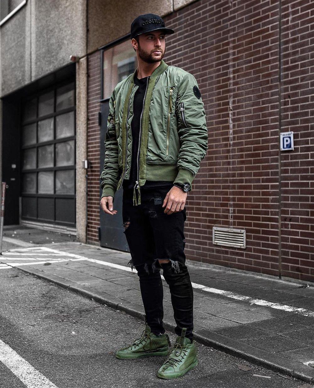 Outfit masculino com jaqueta bomber e tênis verde militar. Veja mais dicas  de moda com esta cor no blog Marco da Moda - Foto  Tobias Tobilikee f897653b415